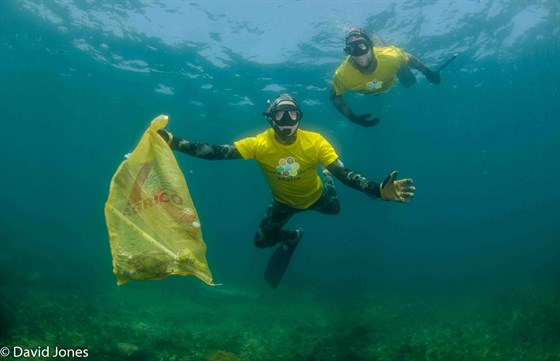 Freedivers-collecting-plastic-waste.jpg