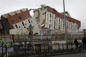 2010_Chile_earthquake_-_Building_destroyed_in_Concepción_thumb.jpg