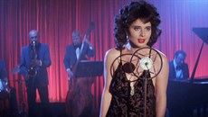 blue-velvet-1986-003-isabella-rossellini-singing-on-stage-ORIGINAL_thumb.jpg